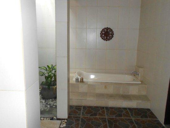 Arman Villas Seminyak: Bathtub