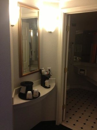 La Quinta Inn & Suites Ontario Airport: view from hallway into bathroom