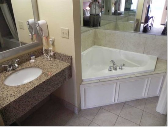 Atkinson Inn & Suites: Jacuzzi Suite
