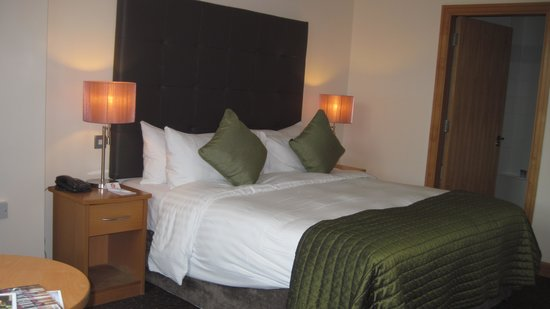 Harbour Hotel Galway: Beautifully appointed room