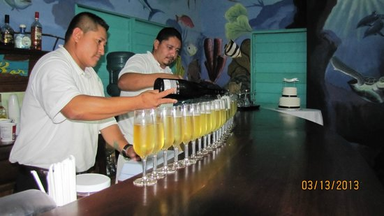 Tranquility Bay Resort: Serving up some sparkling wine for the toasts!