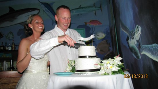 Tranquility Bay Resort: Cut the cake!