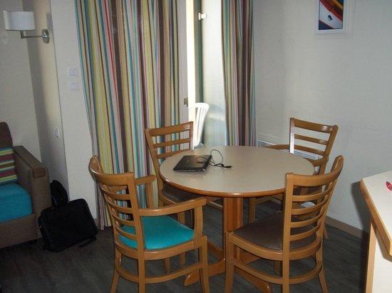 Apartamentos Pierre & Vacances Ty Mat: table de repas