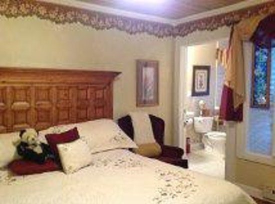 Fibber MaGee's Riverfront Inn: #1 King Jacuzzi Suite w/private Balcony