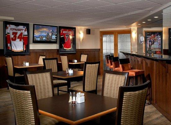 Windtower Lodge & Suites: Rundlestone Bar & Girll