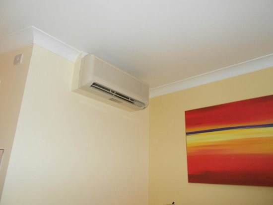 Holiday Inn Express Glasgow Airport: Air con and painting