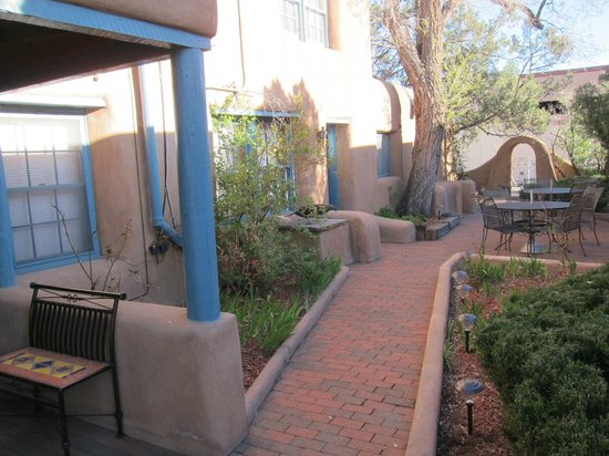 Inn at Pueblo Bonito Santa Fe: Springtime in the courtyard