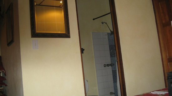 Hotel Poseidon y Restaurante: shower & washroom