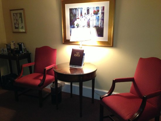 Planters Inn on Reynolds Square: comfortable chairs for reading in room
