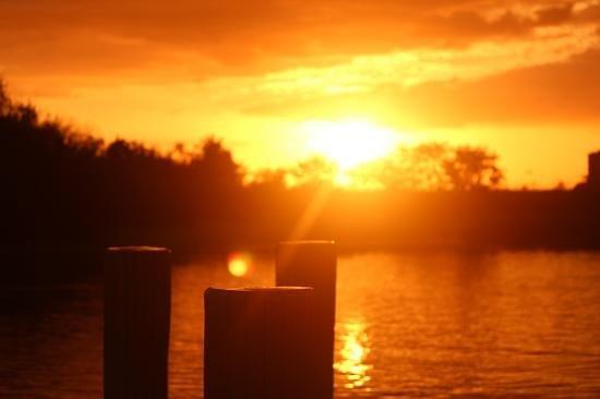 The Boat House Motel: Traumhafte Sonnenuntergänge direkt vom Motel aus sichten.