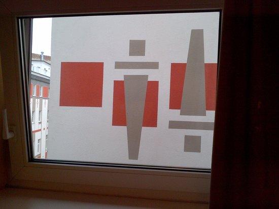 BEST WESTERN PLUS Hotel Meteor Plaza: Kig ud af vinduet - lige ind i væggen