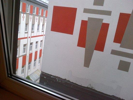 BEST WESTERN PLUS Hotel Meteor Plaza: Skråkig ud af vinduet - kan lige skimte himlen