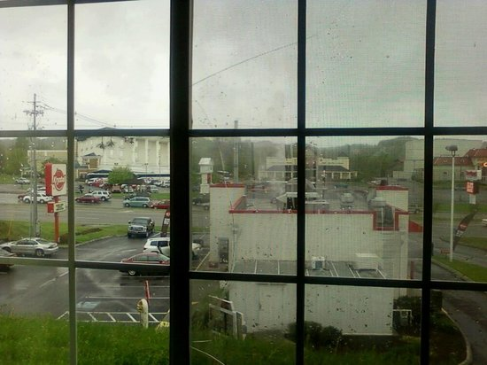 Microtel Inn & Suites by Wyndham Pigeon Forge: The window was busted. 1st room