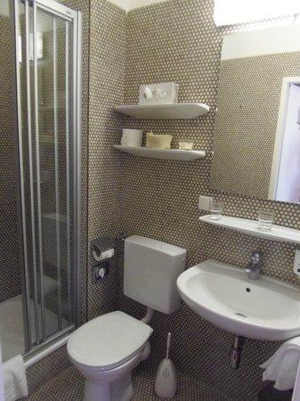 Vier Jahreszeiten Hotel: Bathroom - very clean