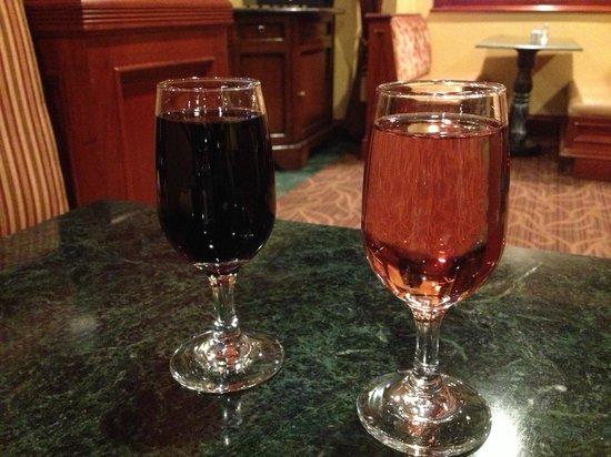 Azure Hotel & Suites Ontario Airport: Complimentary drinks in the evening!