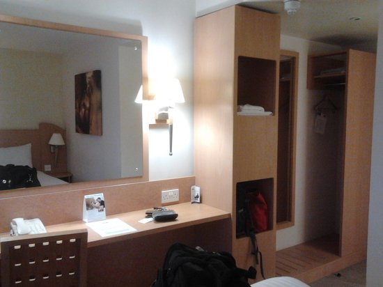 Travelodge Derby Cricket Ground hotel: dressing table