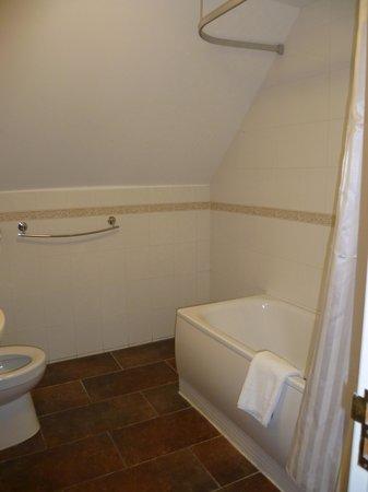 โรงแรมไวท์ วอเตอร์ คันทรี: cedar bathroom