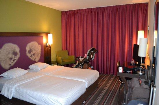 Leonardo Hotel Antwerpen: well decorated room