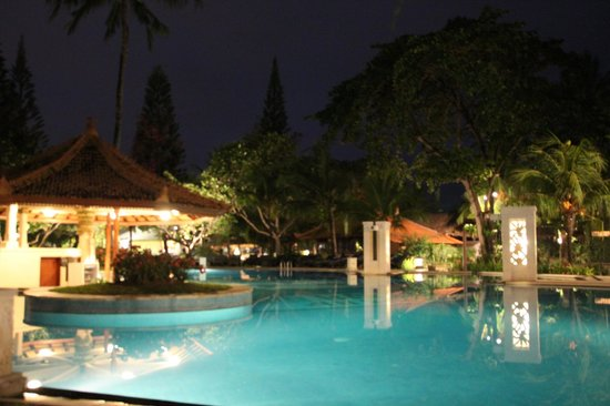 Bali Tropic Resort and Spa: Pool bei Nacht