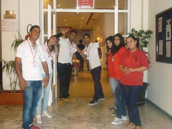 Ramada Liberty Resort Hotel: équipe d'animateurs nous accueillant devant le self