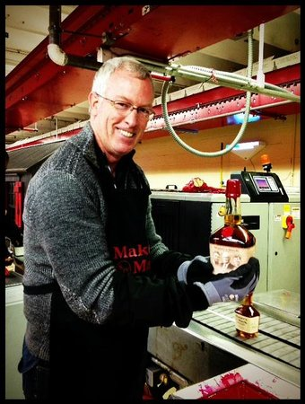 Кентукки: Dipping my own bottle at Maker's Mark