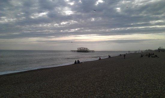 Umi Brighton Hotel: Le soir avec un beau ciel chargé