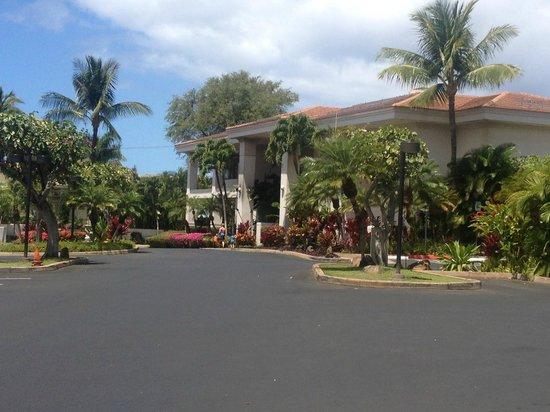 Maui Coast Hotel: Front of the Hotel