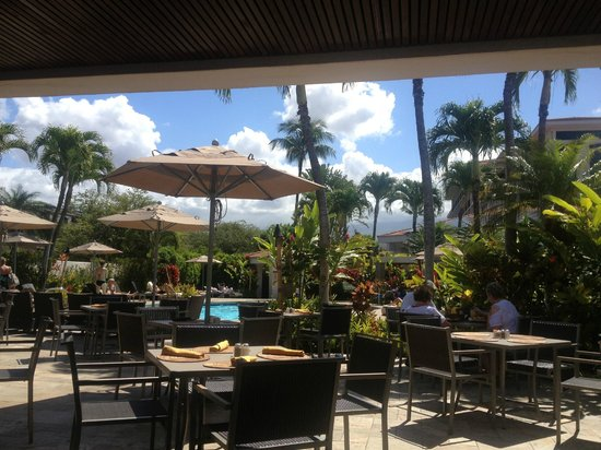 Maui Coast Hotel: Dining next to the pool
