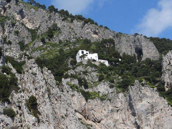 I Faraglioni: casa de Pablo Neruda, no alto da ilha, vista desde os Faragliones