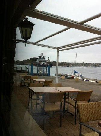 La Coquille: vue sur le quai et la ville clause