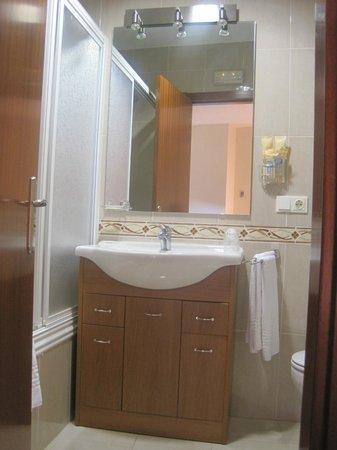 Hotel Zaravencia: parte del baño