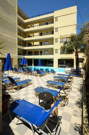 Jason Apartments Hotel : hotel z basenem od strony ulicy