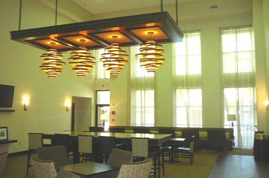 Hampton Inn & Suites Alpharetta: Breakfast buffet funky lights