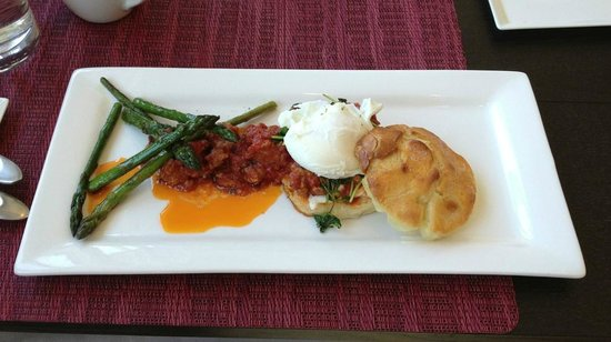 Olea Hotel: Gourmet Breakfast: Poached egg, buttermilk biscuit, burrata, Italian sausage ragu, roasted aspar