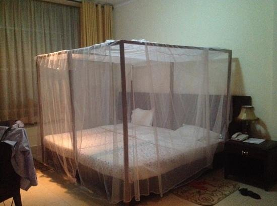 Hotel Le Chandelier : Mosquito net protected bed