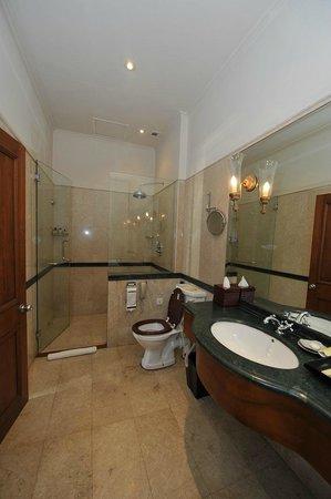 """Galle Face Hotel Colombo: Salle de bain côté douche (""""Oceanic suite"""")"""