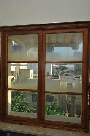 """Galle Face Hotel Colombo: Fenêtre de la salle de bain (store relevé)  (""""Oceanic suite"""")"""