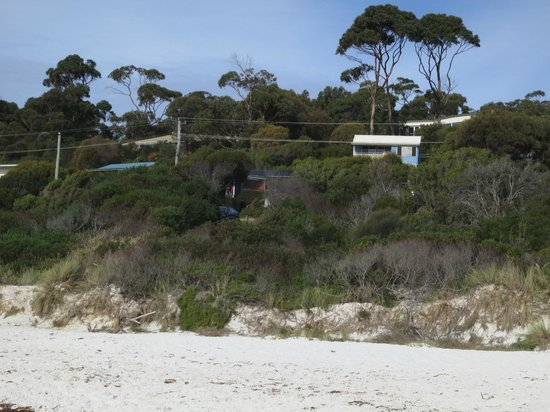 Bay of Fires Character Cottages: Dotril from the beach. Cafe below left.