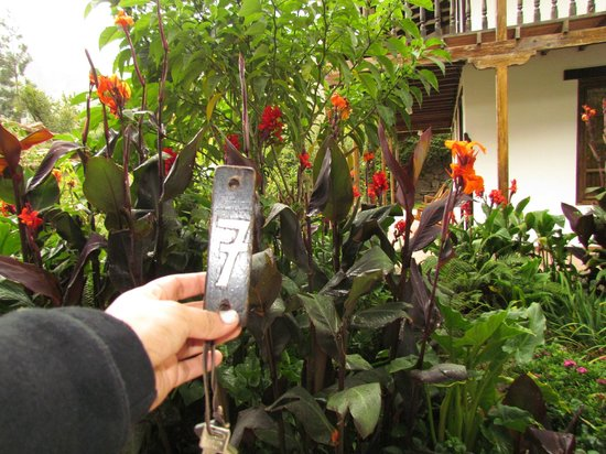 El Albergue Ollantaytambo: Room key & Garden