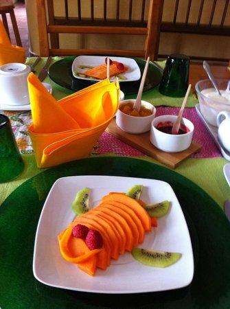 Casa de los Milagros B&B: An elegant table setting and delicious fresh fruit.