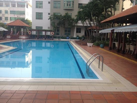 Somerset Ho Chi Minh City: Pool and next to it the only in house restaurant