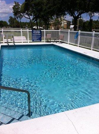 مكروتل إن آند سويتس باي ويندام ليزبيرج: small but decent pool