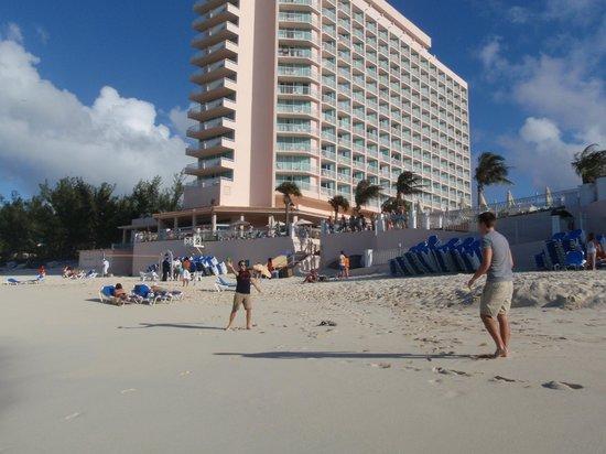 Hotel Riu Palace Paradise Island: Hotel - beach view