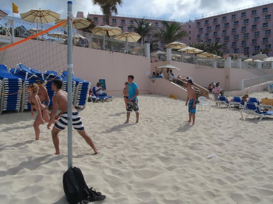 Hotel Riu Palace Paradise Island: Beach volleyball game
