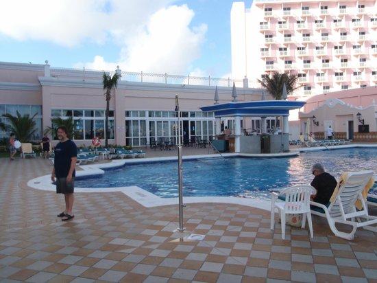 Hotel Riu Palace Paradise Island: Pool area