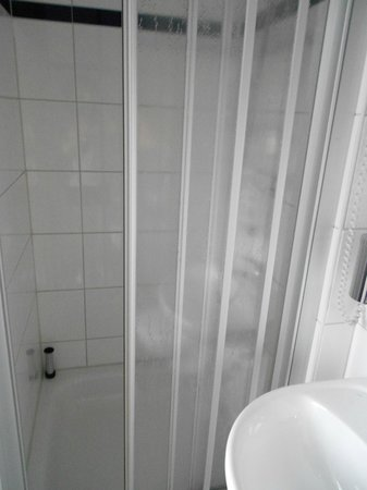 A&O Wien Stadthalle: Bathroom