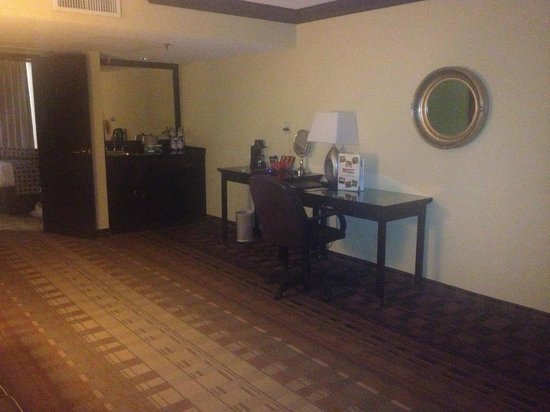 Crowne Plaza Suites Houston - Near Sugar Land : Bar area/ desk & chair in living area