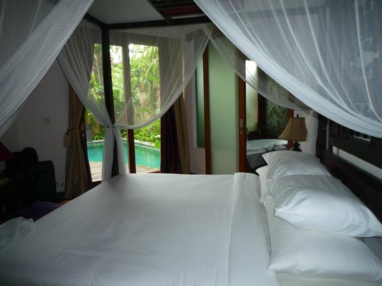 Kanishka Villas: The Bed and comfort with sound of the waterfall to die for