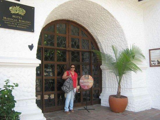 Hotel Mariscal Robledo: entrada del hotel