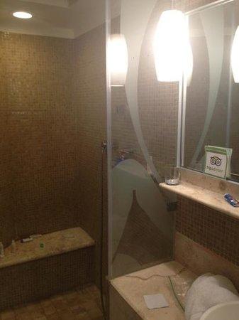 ME Cancun: big bathroom with rainfall head
